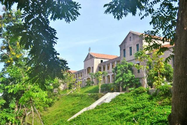 Ngôi trường có khuôn viên đẹp nhất Việt Nam, 4 mùa hoa nở, học phí siêu thấp mà sinh viên đi học ngày nào cũng ngỡ lạc vào resort - Ảnh 9.