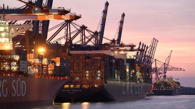 Sau kênh Suez, đến lượt các cảng cửa ngõ châu Âu tắc nghẽn - Ảnh 1.