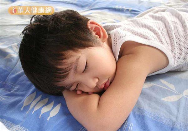 Tình trạng trẻ dậy thì sớm tăng gấp 35 lần so với 10 năm trước: Cảnh báo dấu hiệu dậy thì sớm ở bé trai mà bố mẹ Việt dễ bỏ qua - Ảnh 2.