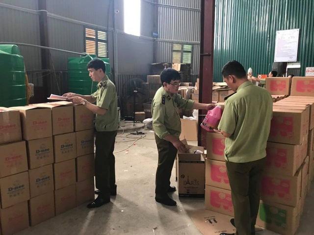 Bắt hàng nghìn can nước giặt giả mạo nhãn hiệu D-nee, Comfort, sản xuất bằng công nghệ xô chậu - Ảnh 1.