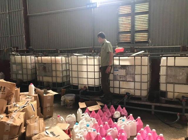 Bắt hàng nghìn can nước giặt giả mạo nhãn hiệu D-nee, Comfort, sản xuất bằng công nghệ xô chậu - Ảnh 2.