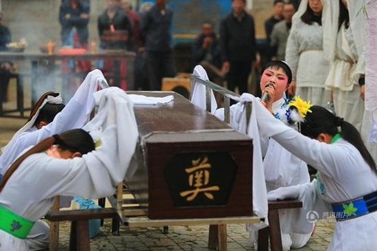 Những nghề nghe tên kỳ quặc nhưng hốt bạc ở Trung Quốc: Từ dằn mặt tiểu tam đến khóc mướn - Ảnh 2.