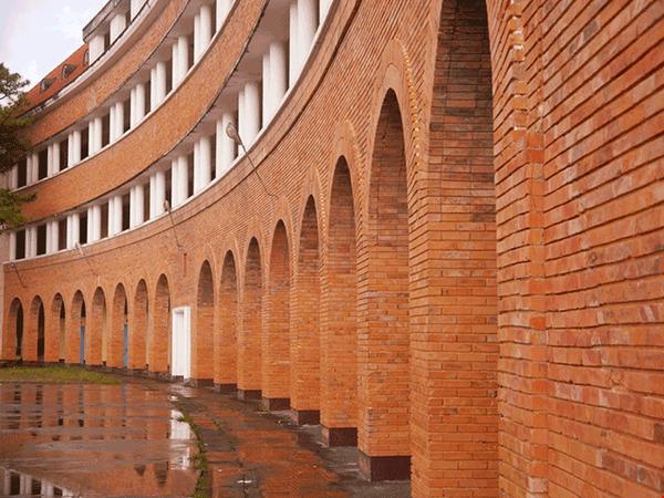 5 ngôi trường cổ kính tại Việt Nam, bước vào cứ ngỡ như đang sống trong lâu đài giữa trời Âu: Không con nhà giàu thì cũng toàn nhân tài ưu tú mới có suất học - Ảnh 11.