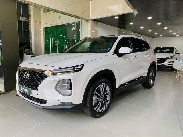 Hyundai Santa Fe giảm giá cao nhất 120 triệu đồng, tăng sức ép lên Kia Sorento - Ảnh 1.
