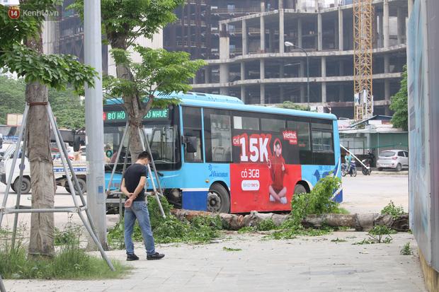 Chùm ảnh: Hiện trường vụ xe buýt đi sai tuyến đường, lao lên vỉa hè đâm tử vong người đi bộ tại Hà Nội - Ảnh 1.