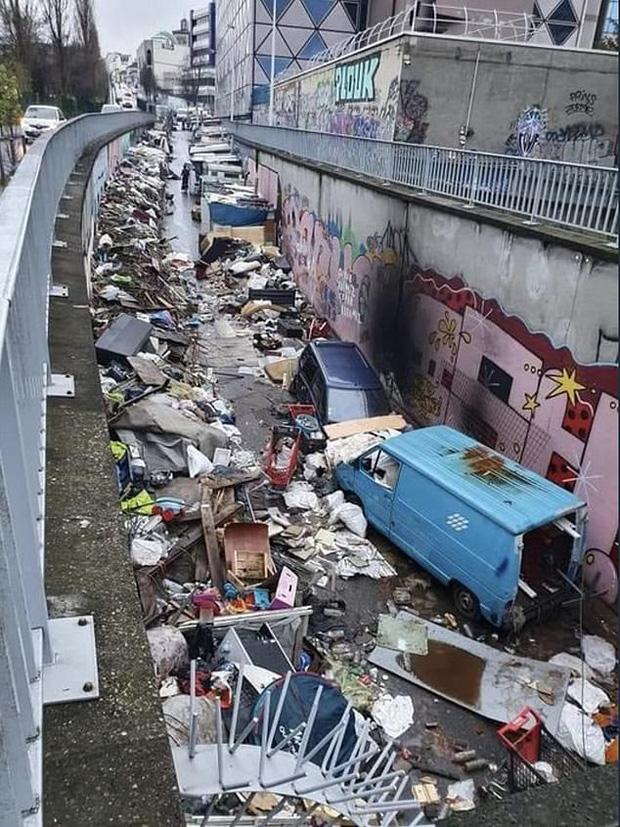 Những hình ảnh gây sốc cho thấy thành phố Paris hoa lệ ngập trong rác khiến cộng đồng mạng thất vọng tràn trề, chuyện gì đang xảy ra? - Ảnh 1.