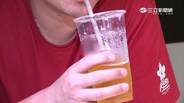 Chàng trai 27 tuổi bị thối chân, biến dạng khớp, bàn tay phủ đầy hạt tophi vì loại nước uống yêu thích của nhiều người - Ảnh 4.