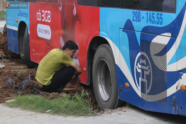 Chùm ảnh: Hiện trường vụ xe buýt đi sai tuyến đường, lao lên vỉa hè đâm tử vong người đi bộ tại Hà Nội - Ảnh 6.