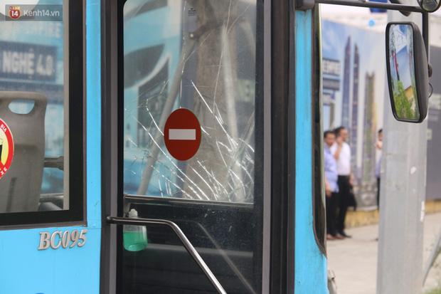 Chùm ảnh: Hiện trường vụ xe buýt đi sai tuyến đường, lao lên vỉa hè đâm tử vong người đi bộ tại Hà Nội - Ảnh 7.