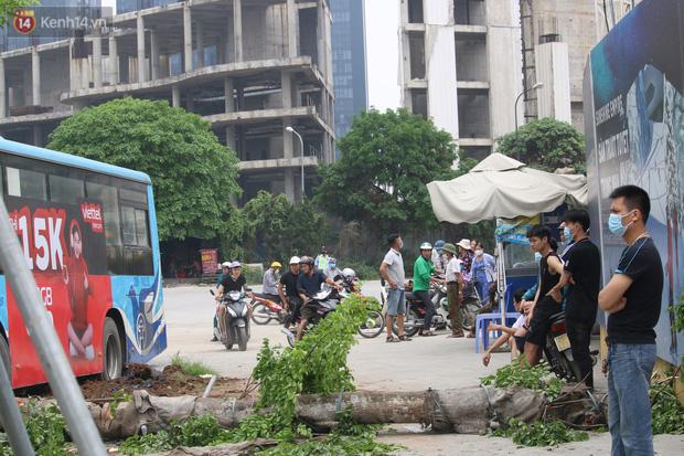 Chùm ảnh: Hiện trường vụ xe buýt đi sai tuyến đường, lao lên vỉa hè đâm tử vong người đi bộ tại Hà Nội - Ảnh 10.