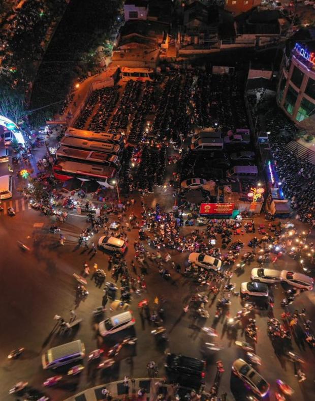 """Toát mồ hôi với khung cảnh Đà Lạt nhìn từ trên cao 360 độ tối qua: Đi du lịch hay là """"hành xác"""" nhau? - Ảnh 2."""