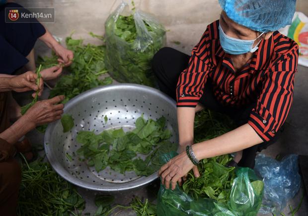 Hơn 200 suất cơm từ thiện được chuyển cho bệnh nhân và người nhà đang cách ly tại bệnh viện K2 Tân Triều - Ảnh 2.