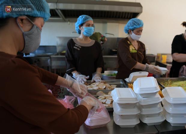 Hơn 200 suất cơm từ thiện được chuyển cho bệnh nhân và người nhà đang cách ly tại bệnh viện K2 Tân Triều - Ảnh 11.