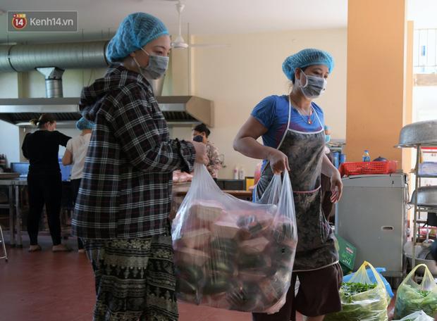 Hơn 200 suất cơm từ thiện được chuyển cho bệnh nhân và người nhà đang cách ly tại bệnh viện K2 Tân Triều - Ảnh 13.