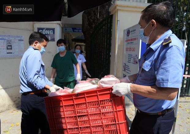 Hơn 200 suất cơm từ thiện được chuyển cho bệnh nhân và người nhà đang cách ly tại bệnh viện K2 Tân Triều - Ảnh 14.
