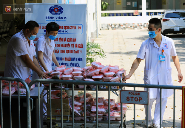 Hơn 200 suất cơm từ thiện được chuyển cho bệnh nhân và người nhà đang cách ly tại bệnh viện K2 Tân Triều - Ảnh 15.