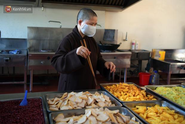 Hơn 200 suất cơm từ thiện được chuyển cho bệnh nhân và người nhà đang cách ly tại bệnh viện K2 Tân Triều - Ảnh 6.