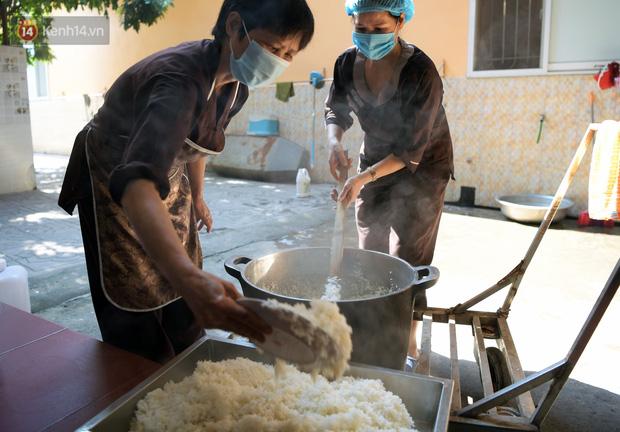 Hơn 200 suất cơm từ thiện được chuyển cho bệnh nhân và người nhà đang cách ly tại bệnh viện K2 Tân Triều - Ảnh 7.