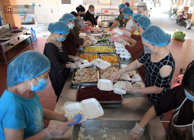 Hơn 200 suất cơm từ thiện được chuyển cho bệnh nhân và người nhà đang cách ly tại bệnh viện K2 Tân Triều - Ảnh 9.