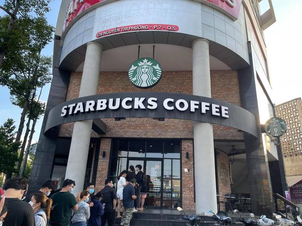 HOT: 7h sáng đăng thông báo bán cốc mới, Starbucks khiến dân tình nháo nhào chạy ra săn cho bằng được, giá bán lại bị hét gấp đôi? - Ảnh 2.
