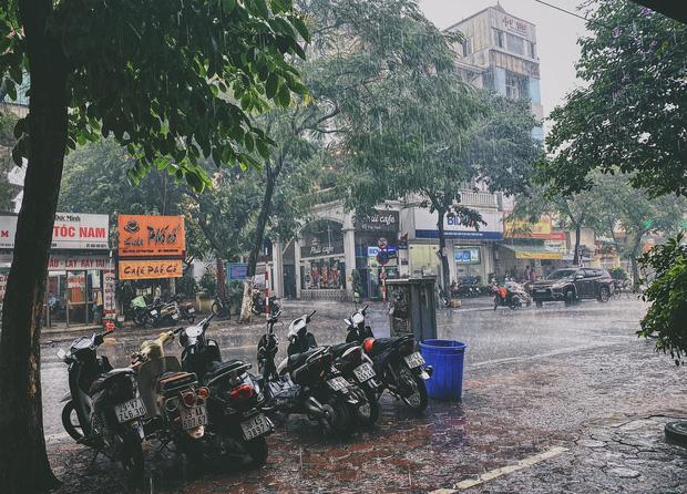 Ảnh, clip: Mưa dông gió giật kèm sấm chớp kinh hoàng ập xuống giờ tan tầm, Hà Nội ngập khắp các tuyến đường - Ảnh 18.