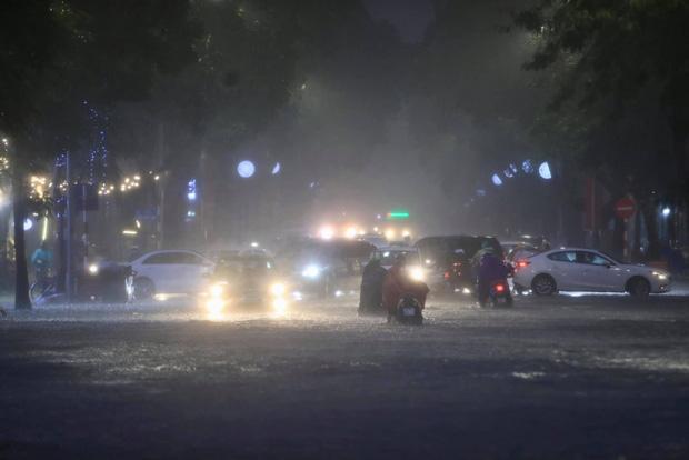 Ảnh, clip: Mưa dông gió giật kèm sấm chớp kinh hoàng ập xuống giờ tan tầm, Hà Nội ngập khắp các tuyến đường - Ảnh 3.