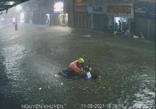 Ảnh, clip: Mưa dông gió giật kèm sấm chớp kinh hoàng ập xuống giờ tan tầm, Hà Nội ngập khắp các tuyến đường - Ảnh 21.