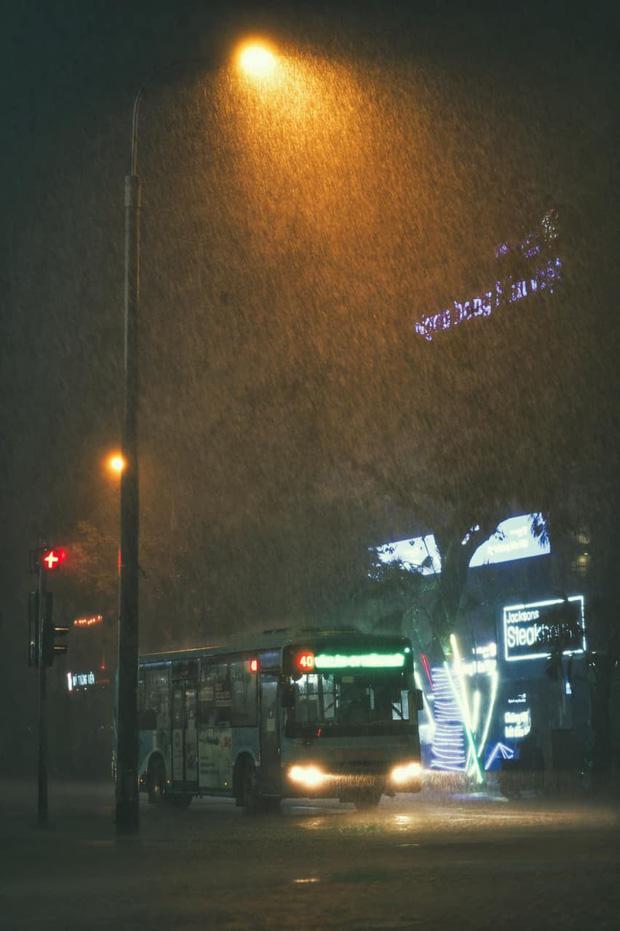 Ảnh, clip: Mưa dông gió giật kèm sấm chớp kinh hoàng ập xuống giờ tan tầm, Hà Nội ngập khắp các tuyến đường - Ảnh 22.
