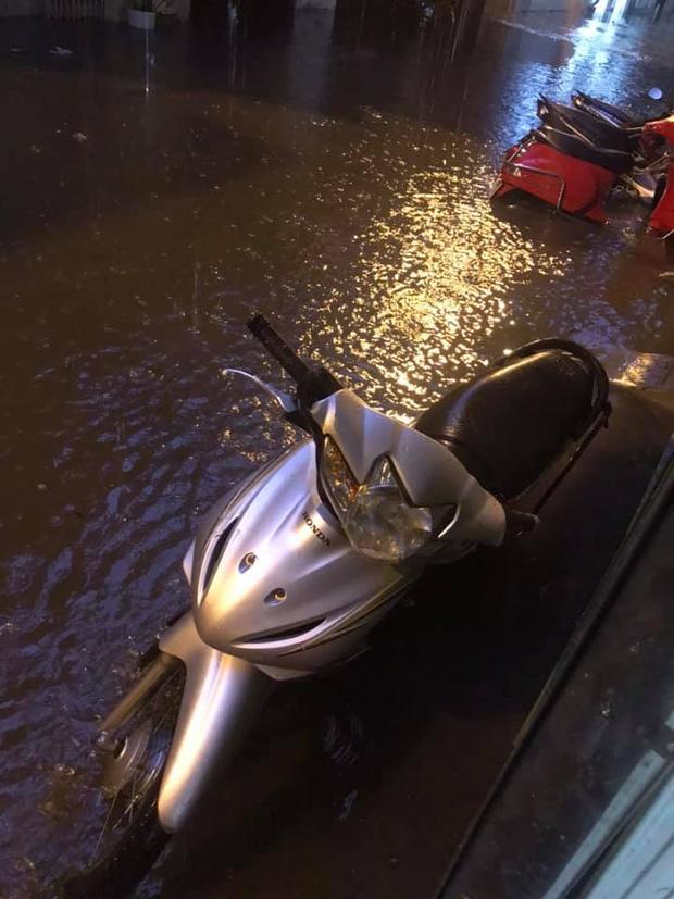 Ảnh, clip: Mưa dông gió giật kèm sấm chớp kinh hoàng ập xuống giờ tan tầm, Hà Nội ngập khắp các tuyến đường - Ảnh 30.
