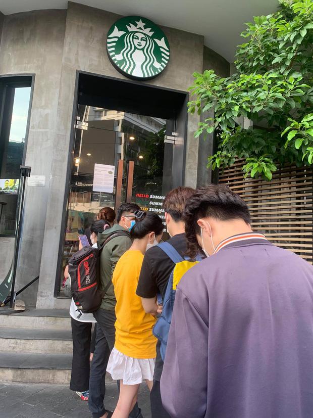 HOT: 7h sáng đăng thông báo bán cốc mới, Starbucks khiến dân tình nháo nhào chạy ra săn cho bằng được, giá bán lại bị hét gấp đôi? - Ảnh 4.