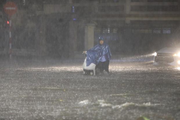 Ảnh, clip: Mưa dông gió giật kèm sấm chớp kinh hoàng ập xuống giờ tan tầm, Hà Nội ngập khắp các tuyến đường - Ảnh 4.