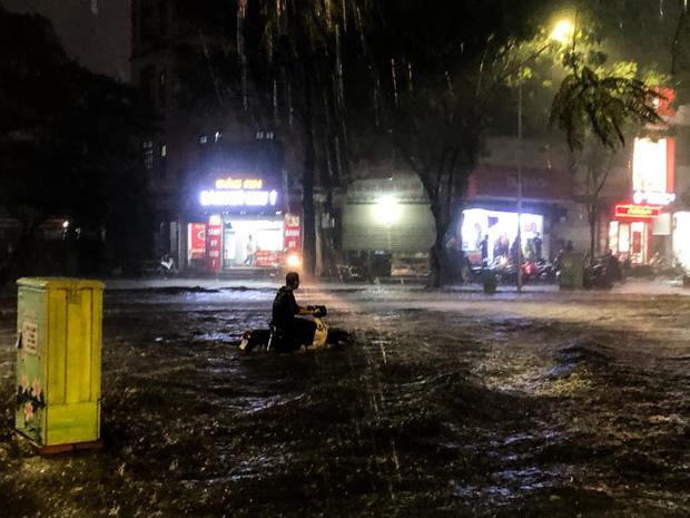 Ảnh, clip: Mưa dông gió giật kèm sấm chớp kinh hoàng ập xuống giờ tan tầm, Hà Nội ngập khắp các tuyến đường - Ảnh 34.