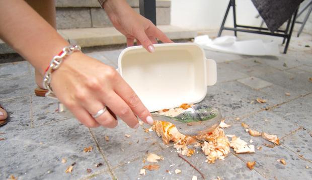 Thức ăn rơi xuống đất, nhanh tay nhặt lên ăn theo Quy tắc 5 giây có an toàn? Đây là câu trả lời của chuyên gia - Ảnh 2.