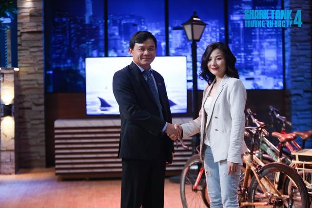 Nữ CEO khiến Shark Phú bị chỉ trích quấy rối tình dục lộ liễu: Xinh đẹp rạng rỡ nhưng học vấn khủng mới là tâm điểm - Ảnh 1.