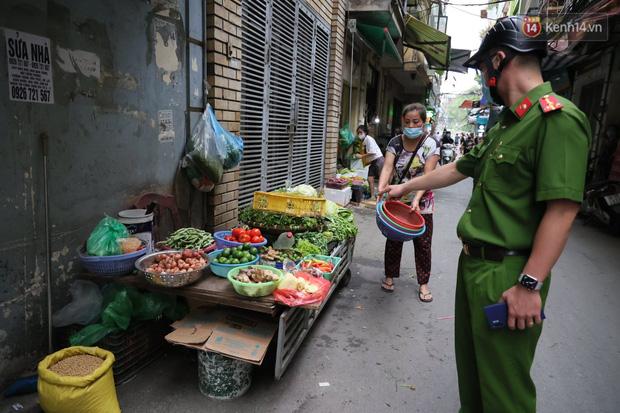 Hà Nội: Lực lượng chức năng ra quân tuyên truyền người dân dừng bán bia hơi và chợ cóc để phòng dịch Covid-19 - Ảnh 7.