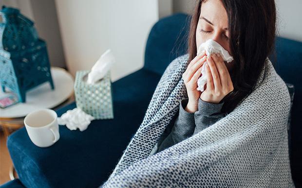 Tất cả triệu chứng COVID-19 bạn cần biết: Cách phân biệt với cảm cúm, cảm lạnh - Ảnh 3.