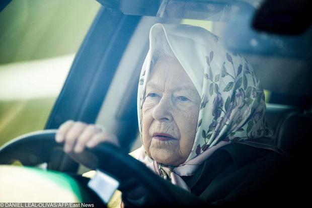 9 điều Nữ hoàng Anh Elizabeth II tuyệt đối không bao giờ làm: Vậy mới thấy Hoàng gia Anh nghiêm khắc đến mức nào - Ảnh 3.