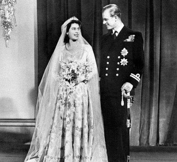 9 điều Nữ hoàng Anh Elizabeth II tuyệt đối không bao giờ làm: Vậy mới thấy Hoàng gia Anh nghiêm khắc đến mức nào - Ảnh 4.
