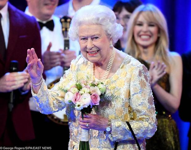9 điều Nữ hoàng Anh Elizabeth II tuyệt đối không bao giờ làm: Vậy mới thấy Hoàng gia Anh nghiêm khắc đến mức nào - Ảnh 9.