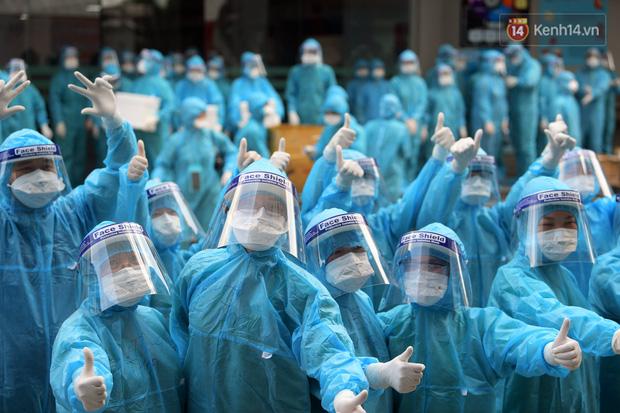 Hình ảnh đẹp: Chiến sĩ CSGT đứng nghiêm, giơ tay chào đoàn y bác sĩ từ Quảng Ninh đến Bắc Giang chống dịch Covid-19 - Ảnh 3.