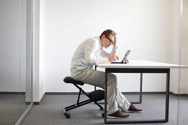 Cẩn trọng những tư thế còn hại hơn cả ngồi vắt chéo chân: Mọi người đặc biệt là dân văn phòng cần đặc biệt lưu ý! - Ảnh 1.