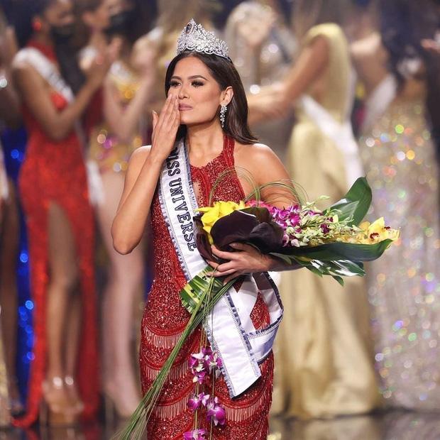 Tân Hoa hậu Miss Universe 2020: Nàng kỹ sư máy tính với nhan sắc và body nức nở, quá khứ mất tích khó hiểu bất ngờ bị đào lại - Ảnh 13.
