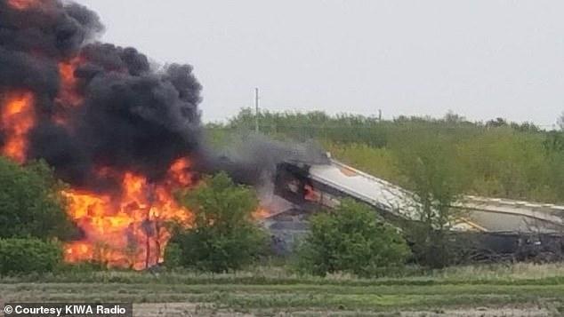 Tai nạn kinh hoàng: Cầu sập khiến tàu hoả trật đường ray rồi phát nổ dữ dội làm hơn 30 toa tàu chết đứng, khẩn cấp sơ tán 3000 cư dân - Ảnh 3.