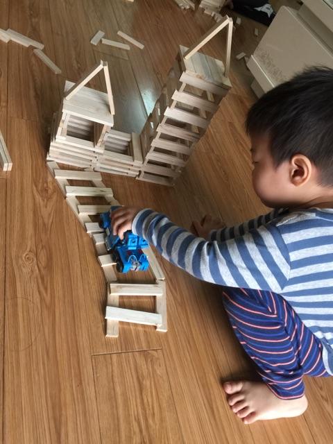 Quan điểm gây bất ngờ của chuyên gia giáo dục: Quá nhiều đồ chơi khiến trí não trẻ trì trệ hơn, muốn con thông minh đừng mua đồ chơi cho con - Ảnh 2.