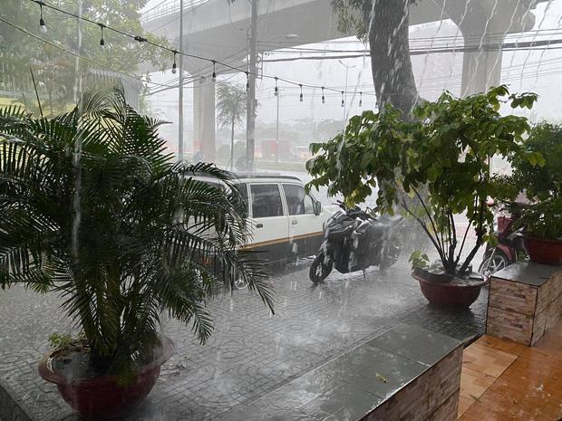TP.HCM: Mưa lớn kéo dài vào giữa trưa khiến nhiều tuyến đường ngập nặng - Ảnh 1.