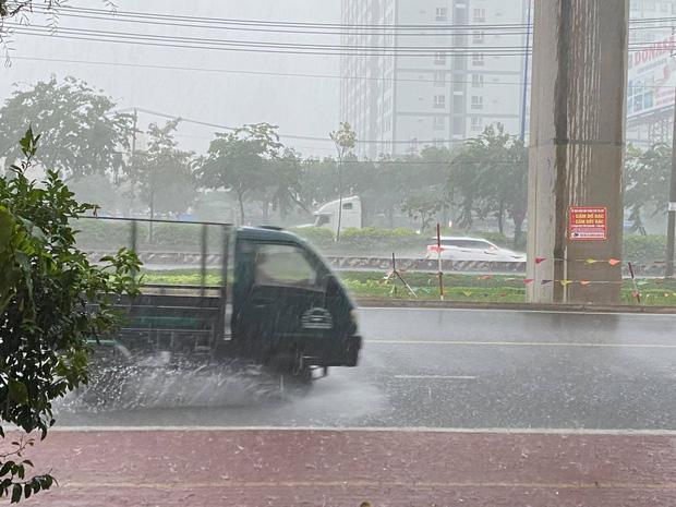 TP.HCM: Mưa lớn kéo dài vào giữa trưa khiến nhiều tuyến đường ngập nặng - Ảnh 2.