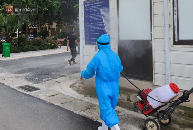 Bên trong khu cách ly y tế BV Đa khoa Thạch Thất: Hàng trăm người được lấy mẫu xét nghiệm, nhân viên y tế phun khử khuẩn trang thiết bị - Ảnh 2.