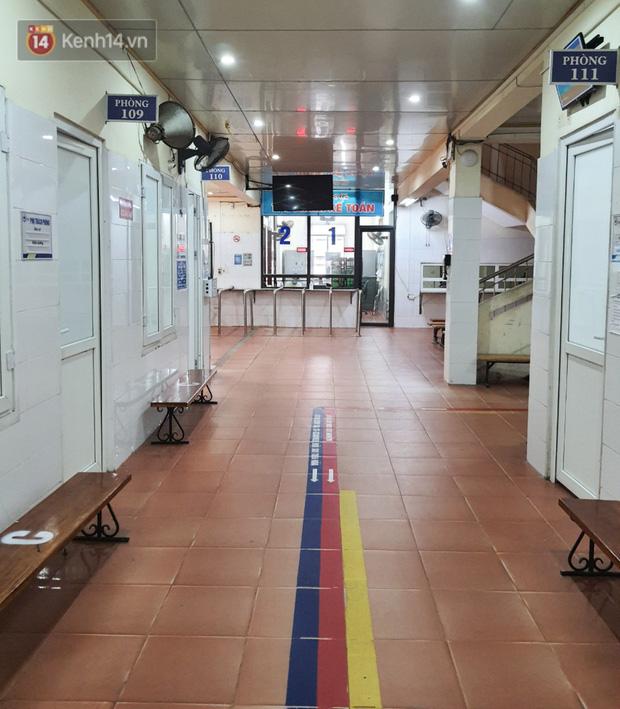 Bên trong khu cách ly y tế BV Đa khoa Thạch Thất: Hàng trăm người được lấy mẫu xét nghiệm, nhân viên y tế phun khử khuẩn trang thiết bị - Ảnh 14.