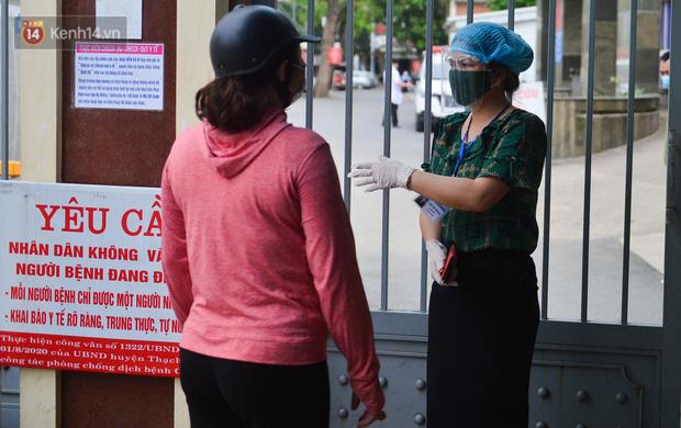 Bên trong khu cách ly y tế BV Đa khoa Thạch Thất: Hàng trăm người được lấy mẫu xét nghiệm, nhân viên y tế phun khử khuẩn trang thiết bị - Ảnh 16.