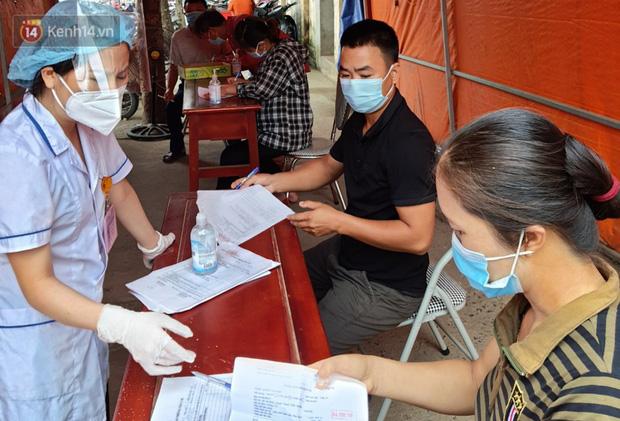 Bên trong khu cách ly y tế BV Đa khoa Thạch Thất: Hàng trăm người được lấy mẫu xét nghiệm, nhân viên y tế phun khử khuẩn trang thiết bị - Ảnh 3.